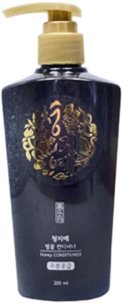 Cheng Jie Кондиционер для волос с экстрактом меда, 200 мл8809054703095Бренд Cheng Jie выпустил кондиционер для волос, который заметно восстанавливает и быстро укрепляет волосы. Преображение происходит за счет натурального экстракта меда (2000ppm), который входит в состав средства. Кроме того, здесь вы найдете масла канолы (4000ppm) и семян жожоба, о полезных свойствах которых также пойдет речь. О целебном применении меда вы слышали не раз и наверняка делали с ним маски. Cheng Jie предлагают не тратить свободное время на самостоятельное приготовление таких средств, а положиться на современный продукт, где состав из натуральных компонентов сбалансирован. Данный кондиционер как нельзя лучше позаботится о ваших волосах. Ведь мед – один из великолепнейших помощников в этом вопросе. Мед, как плазма крови, богат своим составом, где собраны все витамины, микроэлементы. Он хорошо впитывается в волосы, полностью усваивается, наполняя волосы необходимыми веществами, благодаря чему они укрепляются и блестят. В комбинации с маслом жожоба и канолы, мед отлично увлажняет, питает волосы по всей длине, не дает им выпадать, делает их структуру гладкой. Распространенная проблема секущихся кончиков и выпадения волос с легкостью решается с помощью применения кондиционера с медом в его составе. Также, он улучшает циркуляцию крови в клетках кожи головы, стимулирует рост каждой волосины и укрепляет ее луковицу. Тонкие, слабые, ломкие – ваши волосы обретут силу. Светлые волосы наполнятся блеском, мед их слегка оттенит. Витамины группы B в меде стимулируют рост волос, железо с йодом – укрепляют волосы, медь – объединяет эластин и коллаген, цинк – нормализует выделение жира кожным покровом головы. В соединении с маслами действие меда раскрывается на 100%. Масло канола не стоит путать с рапсовым. Канола является разновидностью рапса, но эруковой кислоты в нем лишь 5%, в отличии от рапса, где ее 60%. Это растение содержит массу полезных веществ, например, витамин Е и фосфор. Часто масло канола 