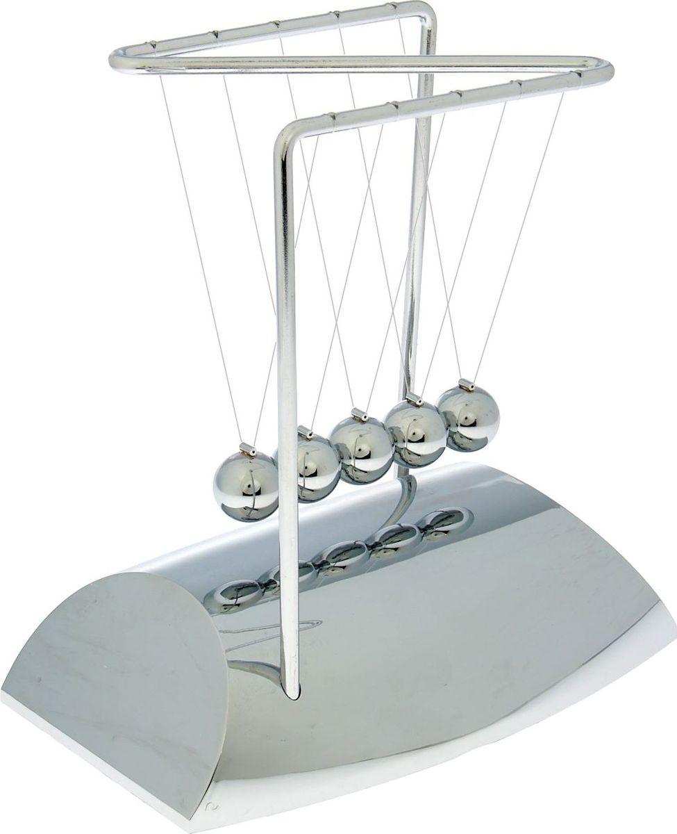 Маятник Хром1607590Шары Ньютона — это система, которую изобрел Исаак Ньютон для демонстрации преобразования энергии. Он показал, что при отсутствии противодействующей силы шары могут двигаться вечно, но в данной ситуации это недостижимо. Шары Ньютона еще называют вечным двигателем, они были признаны в конце 20 века, и в основном использовались для релаксации, в психотерапии и для подсчета времени. Шары Ньютона сегодня пользуется огромной популярностью у наших клиентов. Система состоит из подставки и пяти металлических шариков, которые подвешены на леске. Для активации маятника вам необходимо отвести один шарик в сторону и отпустить его. Затем наблюдайте, как шарики с противоположной стороны начинают двигаться в зеркальном отображении с той же скоростью. Через определенное время шарики останавливаются. Продолжительность движения зависит от размера и веса шариков: чем тяжелее и больше шарики, тем дольше процесс, и наоборот.