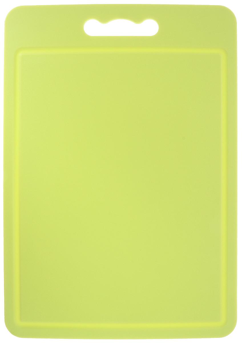 Доска разделочная Zeller, цвет: салатовый, 34,5 х 24 х 0,4 см68/5/4Доска разделочная Zeller выполнена из прочного пищевого пластика. Идеально подходит для нарезки любых продуктов. Доска не впитывает запах продуктов, имеет антибактериальную поверхность, отличается долгим сроком службы. Ножи не затупляются при использовании. Доска снабжена удобной ручкой, одна из сторон имеет по краям желобки для сбора лишней жидкости. Можно использовать обе стороны доски. Такая доска понравится любой хозяйке и будет отличным помощником на кухне. Можно мыть в посудомоечной машине.Размеры: 34,5 х 24 х 0,4 см