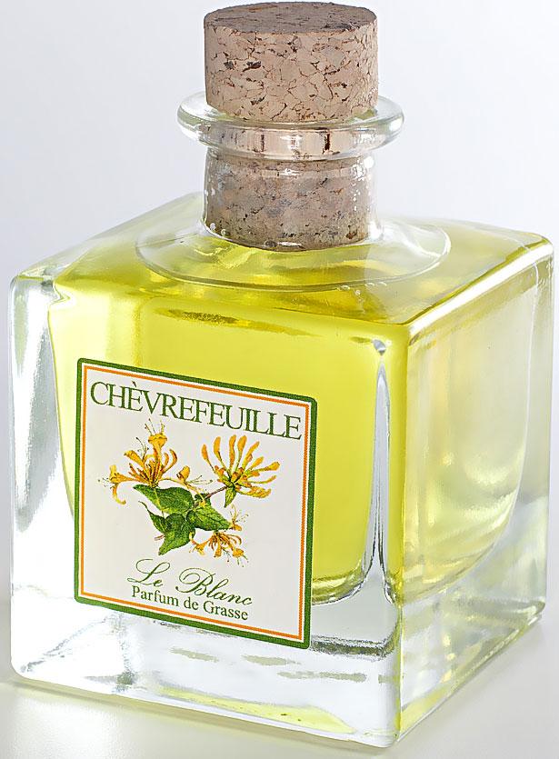 Диффузор ароматический Le Blanc Жимолость, 100 мл2000000049892Мощный лилейный аромат, разбавленный оттенками ванили и древесины, наполненный свежим ароматом цитрусовых, бодрящим мандариновым оттенком. Удивительный аромат, в котором смешались ненавязчивые ноты самых прекрасных цветов: лилии, розы, ванили, жасмина. Всё это вы услышите в одном восхитительном аромате жимолости – аромате истинного восточного искушения!