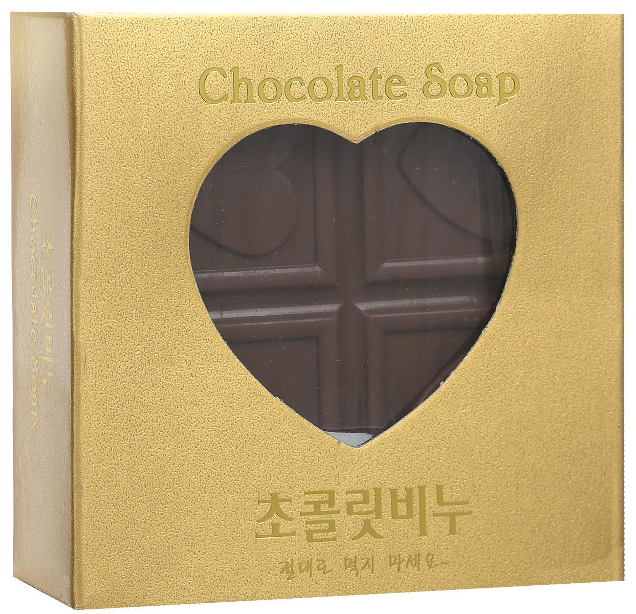 DongBang Мыло с шоколадом, 100 гFS-54114Мягкое мыло в виде плитки шоколада наполнит вашу ванную комнату ароматами нежности и счастья. Натуральный экстракт шоколада питает и разглаживает кожу. Масло какао богато витамином F и незаменимыми жирными кислотами. Оно регенерирует, увлажняет и защищает кожу, восстанавливает мембраны клеток и обладает сильной антиоксидантной активностью. В холодное время года добавь растопленное масло какао в свой любимый крем, и он гораздо эффективнее защитит твою кожу от обморожений и шелушения. Липиды масла какао обновляют кожу, смягчают, способствуют удержанию влаги за счет активизации синтеза коллагена и укрепляют сосуды. Также в составе есть масло камелии, которое поддерживает должный уровень увлажненности кожи. Мыло не раздражает кожу. При производстве не использовались химические добавки, а лишь натуральные масла и природные компоненты.