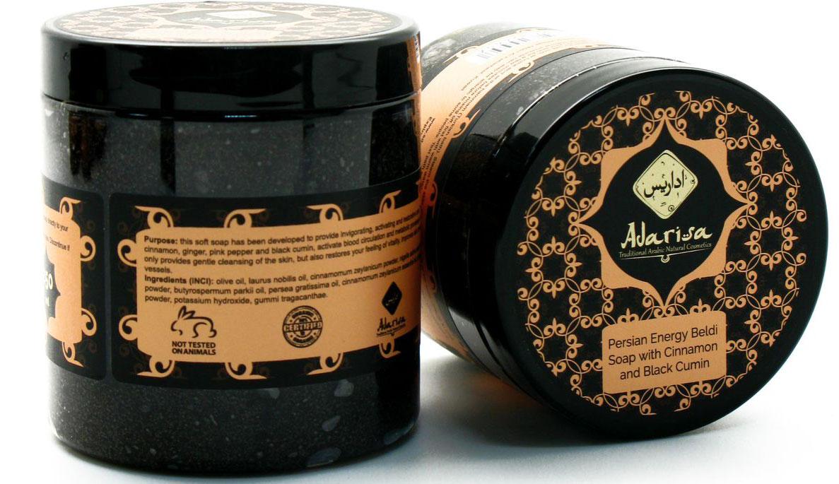 Adarisa Персидское энергетическое мыло-бельди с корицей и эвкалиптом, 250 млADAR0319Традиционное персидское мыло-бельди обеспечивает не только мягкий очищающий, но и активный тонизирующий уход коже всего тела. Бодрящее воздействие мыла обусловлено стимулирующими свойствами компонентов его состава: имбирь, корица, черный тмин и розовый перец разгоняют кровоток и ускоряют метаболические процессы, укрепляя стенки сосудов, повышая тонус кожи и восстанавливая жизненные силы всего организма. Действие компонентов• Масла ши, оливы и авокадо не просто глубоко увлажняют кожу, но и способствуют продлению ее молодости, уплотняя эпителий и делая его более упругим и эластичным. • Масло лавра – сильный антисептик и мощный противовоспалительный компонент: оно не только способствует мягкому снятию раздражений и лечению прыщиков и угревых высыпаний, но и предотвращает их вторичное образование.• Пудра корицы, гидролат имбиря, масла черного тмина и розового перца – природные компоненты с мощным стимулирующим, иммуномодулирующим, антисептическим и противовоспалительным действием. • Куркума дополняет их стимулирующие свойства. Усиливая микроциркуляцию кожи, она обеспечивает более активный приток питательных веществ к клеткам и ускоряет процессы их обновления, преображая кожу внешне: снимая зуд, красноту и раздражения, разглаживая морщины и ускоряя заживление ран и затягивание шрамов.• Молотые семена черного тмина – абразивные частички, способствующие деликатному скрабированию кожи: они размягчают и мягко отшелушивают мертвые клетки, не нанося эпителию микротравм.• Эфирное масло корицы придает натуральному бельди волшебный сладковато-пряный аромат.