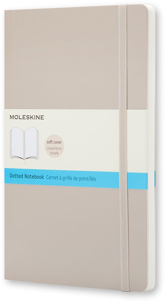 Moleskine Блокнот Classic Soft 96 листов с пунктирной разметкой цвет бежевыйQP619G4Блокнот Moleskine Classic Soft размера Extra Large изготовлен в цветной мягкой обложке цвета бежевый хаки. Обложка гибкая и прочная. Эта версия блокнота размера Large станет для тебя надежным спутником в путешествии. Используйте страницы с пунктирной разлиновкой по своему усмотрению: они помогут создать страницы (в клетку или линейку) или добавить планы, графики и т. д. Блокнот выполнен в мягкой обложке со скругленными углами, лентой-закладкой, эластичной застежкой и вместительным внутренним карманом, куда вложена открытка с историей Moleskine.