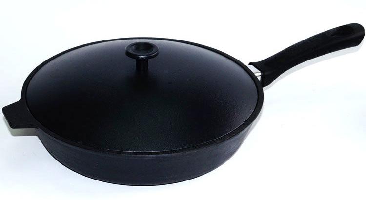 Сковорода чугунная Добрыня, с алюминиевой крышкой. Диаметр 26 см. DO-3321DO-3321Сковорода Добрыня изготовлена из натурального экологически безопасного чугуна. Изделие оснащено пластиковой ручкой. Чугун является одним из лучших материалов для производства посуды. Его можно нагревать до высоких температур. Он очень практичный, не выделяет токсичных веществ, обладает высокой теплоемкостью и способен служить долгие годы. Такая сковорода замечательно подойдет для приготовления жареных и тушеных блюд. Подходит для всех типов плит, включая индукционные. Сковороду мыть только вручную. Высота стенки: 6,5 см.Длина ручки: 18,5 см.