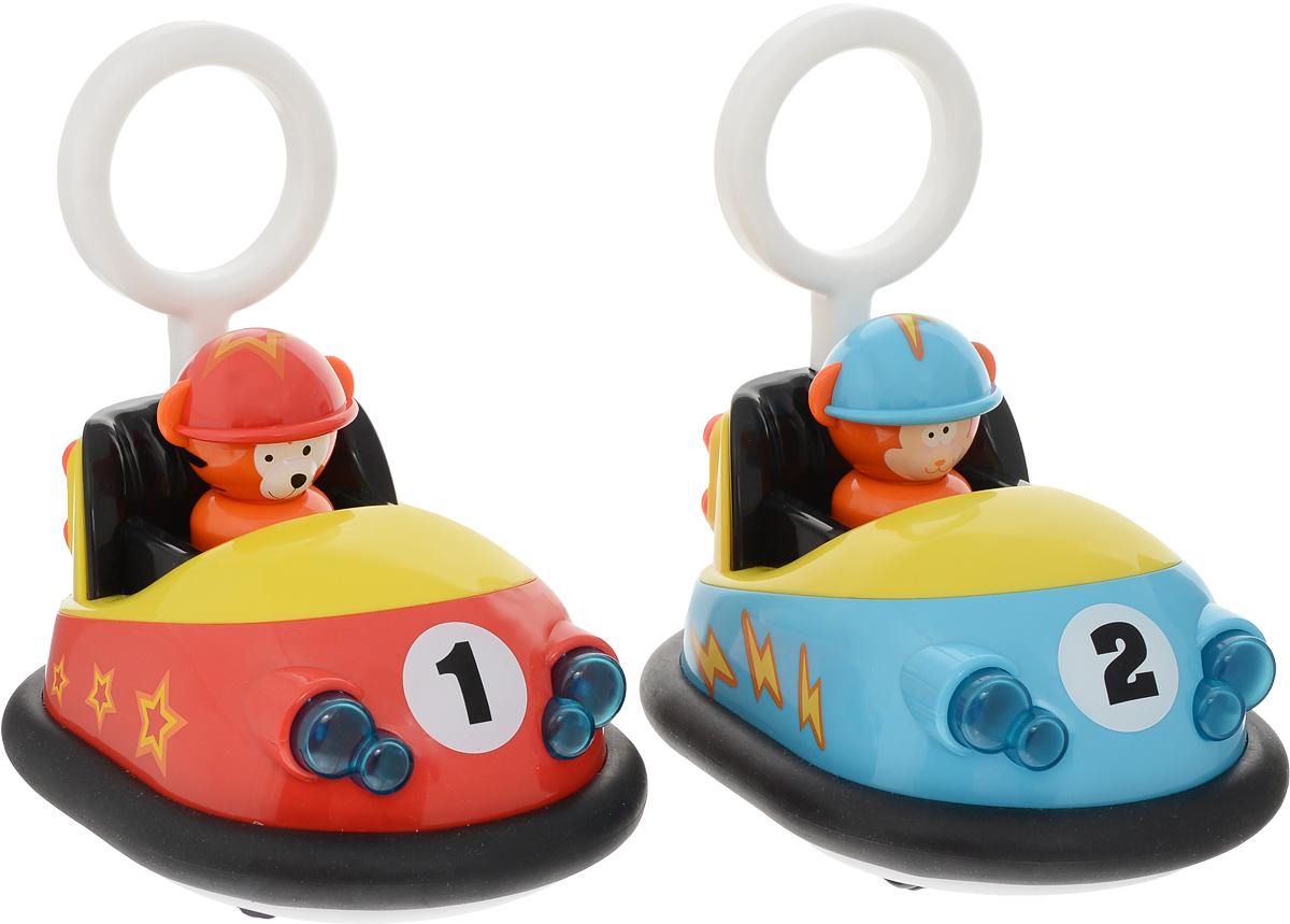 """Игровой набор Win Fat """"Маленькие гонщики"""" обязательно понравится вашему малышу.В наборе 2 машинки с дистанционным управлением. У машинок мягкие резиновые бамперы, что позволяет сталкиваться, не повреждая машинку. Машинки выполнены с фигурками внутри. Если нажать на эти фигурки, они вернутся в исходное положение. На пульте имеются кнопки вперед, назад, свет фар и сигнал.Ваш ребенок будет в восторге от такого подарка!Для работы машинок необходимы 4 батарейки 1,5V типа АА (не входят в комплект).Для работы пульта необходимы 2 батарейки типа ААА (не входят в комплект)."""