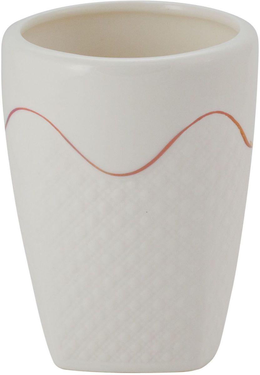 Стакан для ванной комнаты Swensa Конте, керамика, цвет: белый8300023Стакан из коллекции Конте — необходимый элемент ванной комнаты, предназначенный для хранения зубных щеток. Емкость вытянутой овальной формы изготовлена из белой керамики. Золотые полосы, ритмично чередующиеся с кружевными участками керамической поверхности, выступают в качестве эффектного украшения стакана. Изделие великолепно выглядит в комплекте с иными аксессуарами из этой же коллекции.