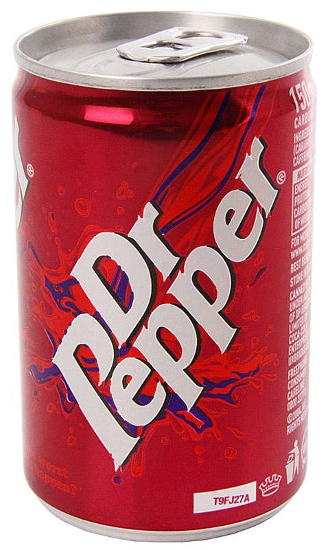 Dr.Pepper газированный напиток, 0,15 л8714800004336Лимонад доктор пеппер производят уже более века. Первоначально считался энергетиком и позиционировался как заряжающий и тонизирующий. Нравится он многим, если не каждому. Как и всякая американская газировка, этот напиток популяризирован благодаря временам перестройки и голливудскому кинематографу. Вкус необычен и выделяется среди остальных газированных вод: нельзя сказать, что это кола, скорее, вишневая косточка, ну или что то напоминающее её. Выпускается Пеппер в жестяной банке и, помимо классического, имеет ещё несколько вкусовых вариаций: вишневый, вишневый с ванилью и мороженое.
