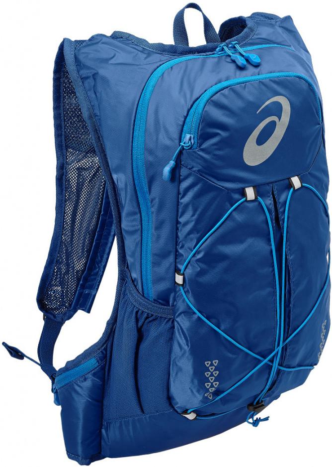 Рюкзак Asics Lightweight Running Backpack, цвет: синий131847-0844Это самый удобный рюкзак для бега с экипировкой, который прилегает к телу как спортивный топ. Все принадлежности останутся невредимыми в основном отделении на молнии. Благодаря плотному прилеганию и уплотнению со стороны спины вы совершенно не будете ощущать их. Эластичный ремень позволит прикрепить к рюкзаку куртку, когда станет жарко, и быстро надеть ее, когда погода изменится. Легкий компаньон для комфортного бега. Все, что нужно на средних дистанциях, находится под рукой в основном отделении, в удобных боковых карманах и на эластичном шнуре. Материал усиленного плетения гарантирует долговечность.