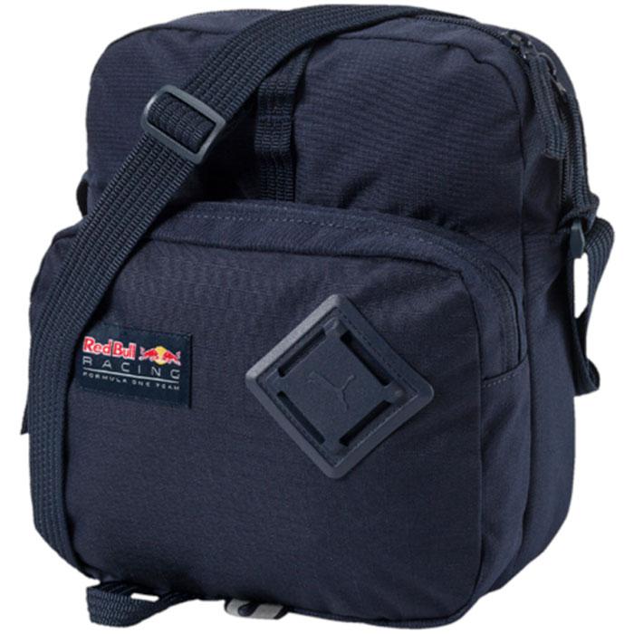 Сумка на плечо Puma Rbr Lifestyle Portable, цвет: темно-синий, 5,5 л. 0747680107476801Сумка имеет главное отделение на молнии, переднее отделение на молнии, накладной карман с подкладкой внутри, функциональную подкладку из полиэстера с изнанкой из полиуретана, ручку для переноски из лямочной ленты, которая крепится к низу, создавая альтернативную возможность ношения сумки, а также лямку через плечо из плотной тесьмы регулируемой длины. Задняя часть сумки отстрочена и имеет мягкую подложку. В язычки застежек-молний продернута плотная тесьма или шнуры. Сумка декорирована тканой эмблемой RBR и логотипом PUMA на переднем отделении, а также обшита по низу светоотражающей тесьмой Durabase.