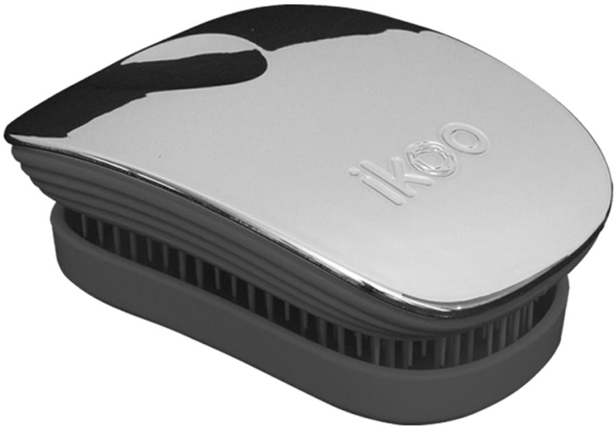 Ikoo Pocket Расческа для волос Black Oyster Metallic291020Уникальный подход щетки IKOO — расположение и структура щетинок, которые позволяют не только легко распутывать и расчесывать волосы, но и делать массаж головы в соответствии с принципами традиционной китайской медицины. Щетинки стимулируют энергетические меридианы и рефлексогенные зоны, что также положительно влияет на вегетативную нервную систему. Благодаря оптимальной степени твердости щетины, волосы распутываются легко и без вытягивания. Щетка ikoo сохраняет свою функциональность даже после долговременного использования.Щетки IKOO изготовлены из высококачественной смолы и акрила. Для комфортного использования корпус щетки отделан натуральной резиной, что помогает надежно удерживать щетку в руке. Скомбинировав эти три материала, мы избежали использования дерева и натуральной щетины, так как эти материалы подходят не для всех типов волос, а также труднее очищаются. Щетки IKOO соблюдают все гигиенические стандарты за счет своего состава. Во процессе разработки мы уделили большое внимание дизайну щетки, чтобы и правшам, и левшам было комфортно ей пользоваться.