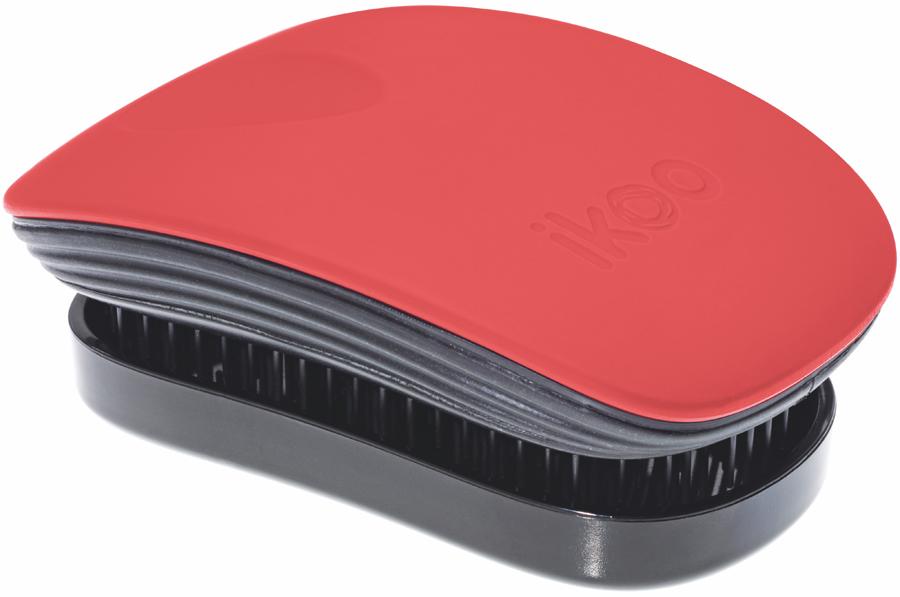 Ikoo Pocket Расческа для волос Paradise Black Fireball291143Уникальный подход щетки IKOO — расположение и структура щетинок, которые позволяют не только легко распутывать и расчесывать волосы, но и делать массаж головы в соответствии с принципами традиционной китайской медицины. Щетинки стимулируют энергетические меридианы и рефлексогенные зоны, что также положительно влияет на вегетативную нервную систему. Благодаря оптимальной степени твердости щетины, волосы распутываются легко и без вытягивания. Щетка ikoo сохраняет свою функциональность даже после долговременного использования.Щетки IKOO изготовлены из высококачественной смолы и акрила. Для комфортного использования корпус щетки отделан натуральной резиной, что помогает надежно удерживать щетку в руке. Скомбинировав эти три материала, мы избежали использования дерева и натуральной щетины, так как эти материалы подходят не для всех типов волос, а также труднее очищаются. Щетки IKOO соблюдают все гигиенические стандарты за счет своего состава. Во процессе разработки мы уделили большое внимание дизайну щетки, чтобы и правшам, и левшам было комфортно ей пользоваться.