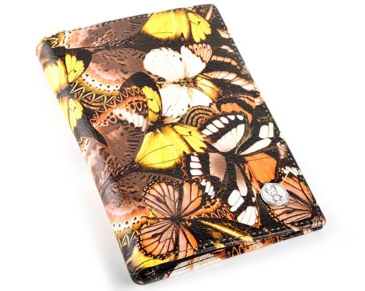 Обложка для автодокументов женская Topo Fortunato, цвет: черный, бабочки. TF 5337-092АTF 5337-092АОбложка на автодокументы натуральная кожа. Бренд Topo Fortunato. Размер 9,5х13,3 см. С левой стороны кожаный захват, два кармашка для пластиковых карт, прозрачное окошко для пропуска, с правой стороны пластиковый захват. Вкладыш для автодокументов.
