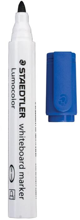 Staedtler Маркер для доски Lumocolor цвет синий 351-3150752Высококачественный маркер для белой магнитно-маркерной доски. Не высыхает с открытым колпачком в течение нескольких дней. Чернила легко стираются с доски стирателем для магнитно-маркерной доски. Даже при сильном нажатии пишущий узел остается на месте.