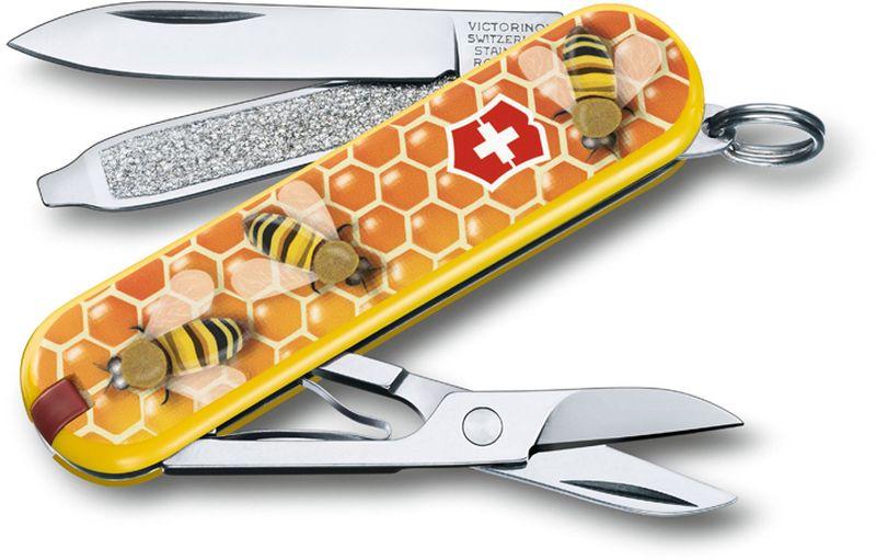 Нож-брелок Victorinox Classic. Honey Bee, длина 5,8 см0.6223.L1702В 2017 году компания Victorinox в шестой раз организовала конкурс на лучший дизайн для своей коллекции ножей Classic Limited Edition. В первый раз авторам была предложена тема животные земного шара.Со всего мира поступило свыше 1250 творческих идей!Коллекция 2017 года была разработана дизайнерами из Швейцарии, Германии, Румынии, Мексики, Австралии и США. Представители огромного числа стран предложили большое количество самых разных дизайнов. Идеи варьировались от светлячков и древесных личинок до разноцветных стрекоз.Мы отобрали десять наиболее популярных дизайнов.Перочинный нож из лимитированной коллекции CLASSIC 2016 имеет 7 функций:1. Лезвие2. Пилка для ногтей с:3. - Отвёрткой4. Ножницы5. Кольцо для ключей6. Пинцет7. ЗубочисткаДизайн рукояти: Honey BeeВ комплекте: чёрный чехол из искусственной кожиРекомендуемые аксессуары:Инструмент для заточки: 4.3311, 4.3323Держатели на ремень: 4.1853, 4.1858, 4.1859, 4.1860Цепочки длинные: 4.1813, 4.1814, 4.1815Цепочки короткие: 4.1820Комбинированные цепочки: 4.1854Шнурок с карабином: 4.1879