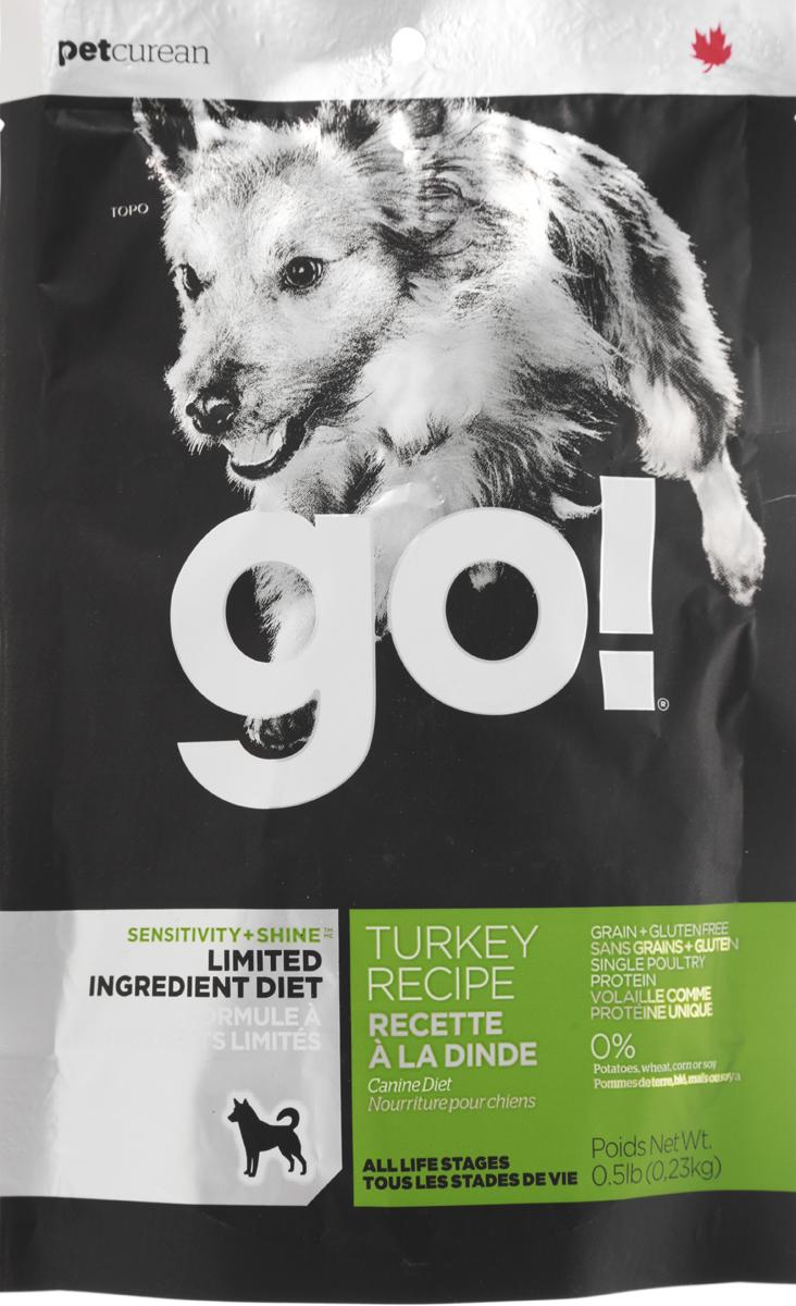 Корм сухой GO! для щенков и собак с чувствительным пищеварением, беззерновой, с индейкой, 0,23 кг13844Сухой корм GO! предназначен для щенков и собак. В качестве основного источника углеводов используется чечевица, а не картофель, поэтому корм идеально подходит для собак чувствительных к картофелю (крахмалу) или при беззерновой диете. Основным источником белка является мясо индейки, что отлично подходит для собак с пищевой аллергией.Ключевые преимущества: - единственный источник белка - мясо индейки, - полностью беззерновой, - прибиотики и пробиотики нормализуют работу кишечника и улучшают работу пищеварительной системы, - жирные Омега кислоты - здоровье и блеск шерсти, - поддержка иммунной системы за счет фруктов и овощей, богатых антиоксидантами, - полное отсутствие субпродуктов, ГМО, искусственных консервантов, глютена, говядины, пшеницы, кукурузы и сои. Состав: свежее мясо индейки, филе индейки, горох, тапиока, каноловое масло (с Витамином Е в качестве консерванта), яичный порошок, гороховая клетчатка, натуральный ароматизатор, чечевица, хлорид калия, тыква, морковь, бананы, черника, клюква, брокколи, ежевика, папая, ананас, шпинат, домашний творог, сухие водоросли, сушеный корень цикория, холин хлорид, лецитин, Lactobacillus acidophilus, Enterococcus faecium, Aspergillus niger, Aspergillus oryzae, витамины (витамин А, витамин D3, витамин Е, инозитол, ниацин, L-аскорбил-2-полифосфатов (источник витамина С), D-пантотенат кальция, мононитрат тиамина, бета-каротин, рибофлавин, пиридоксин гидрохлорид, фолиевая кислота , биотин, витамин В12), минералы (цинк метионин комплекс, протеинат цинка, протеинат железа, протеинат меди, оксид цинка, протеинат марганца, сульфат меди, сульфат железа, йодат кальция, оксид марганца, селена, дрожжи), хлорид натрия, таурин, экстракт Юкка Шидигера, сушеный розмарин, дрожжевой экстракт. Гарантированный анализ: белки (min) - 26%, жиры (min) - 14%, клетчатка (max) - 4%, влага (max) - 10%, кальций (min) - 1,2%, фосфор (min) - 1%, жирные ки
