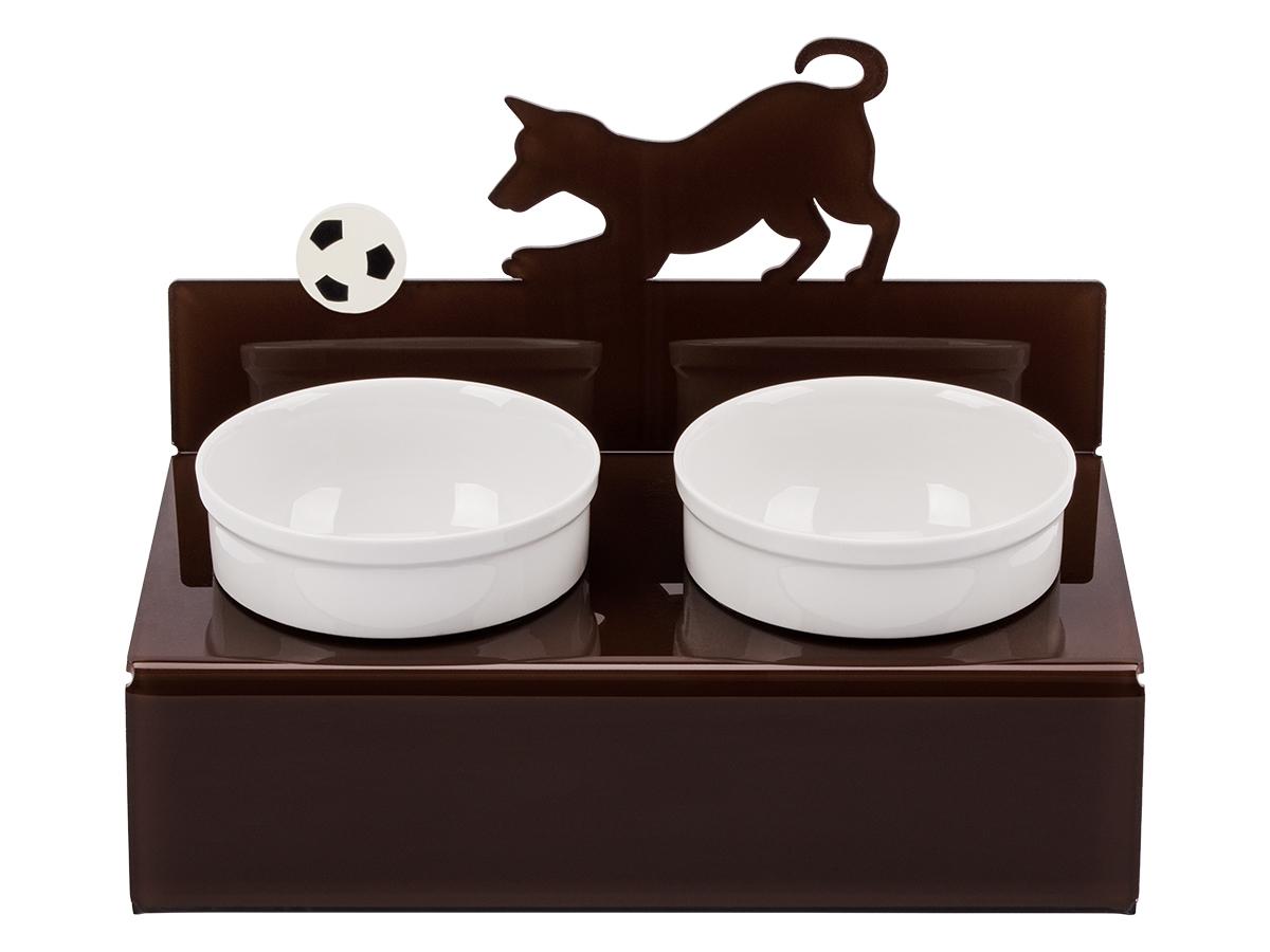 Миска для животныx Artmiska Собака и мяч, двойная, на подставке, цвет: коричневый, 2 x 350 млМ-2Artmiska – фарфоровые миски на дизайнерских подставках, которые созданы специально для кошек и собак мелких пород.Высота подставки и угол ее наклона максимально обеспечивают правильное положение тела кошки или собаки при кормлении.Оптимальная высота и угол наклона подставки, форма и объем миски эффективно снижают разбрасывание корма домашним питомцем.Artmiska подходит для всех кошек и собакам мелких пород – той-терьерам, шпицам, йоркширским терьерам, карликовым пинчерам, чихуахуа и другим.Объем каждой миски - 350 мл. Товар защищен патентом РФ.
