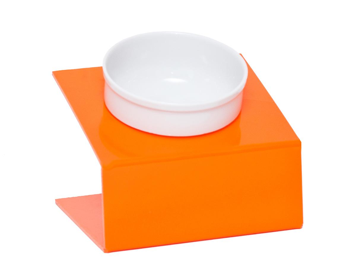 Миска для животныx Artmiska, одинарная, на подставке, цвет: оранжевый, 1 x 350 млО-4Artmiska – фарфоровые миски на дизайнерских подставках, которые созданы специально для кошек и собак мелких пород.Высота подставки и угол ее наклона максимально обеспечивают правильное положение тела кошки или собаки при кормлении.Оптимальная высота и угол наклона подставки, форма и объем миски эффективно снижают разбрасывание корма домашним питомцем.Artmiska подходит для всех кошек и собакам мелких пород – той-терьерам, шпицам, йоркширским терьерам, карликовым пинчерам, чихуахуа и другим.Объем миски - 350 мл. Товар защищен патентом РФ.