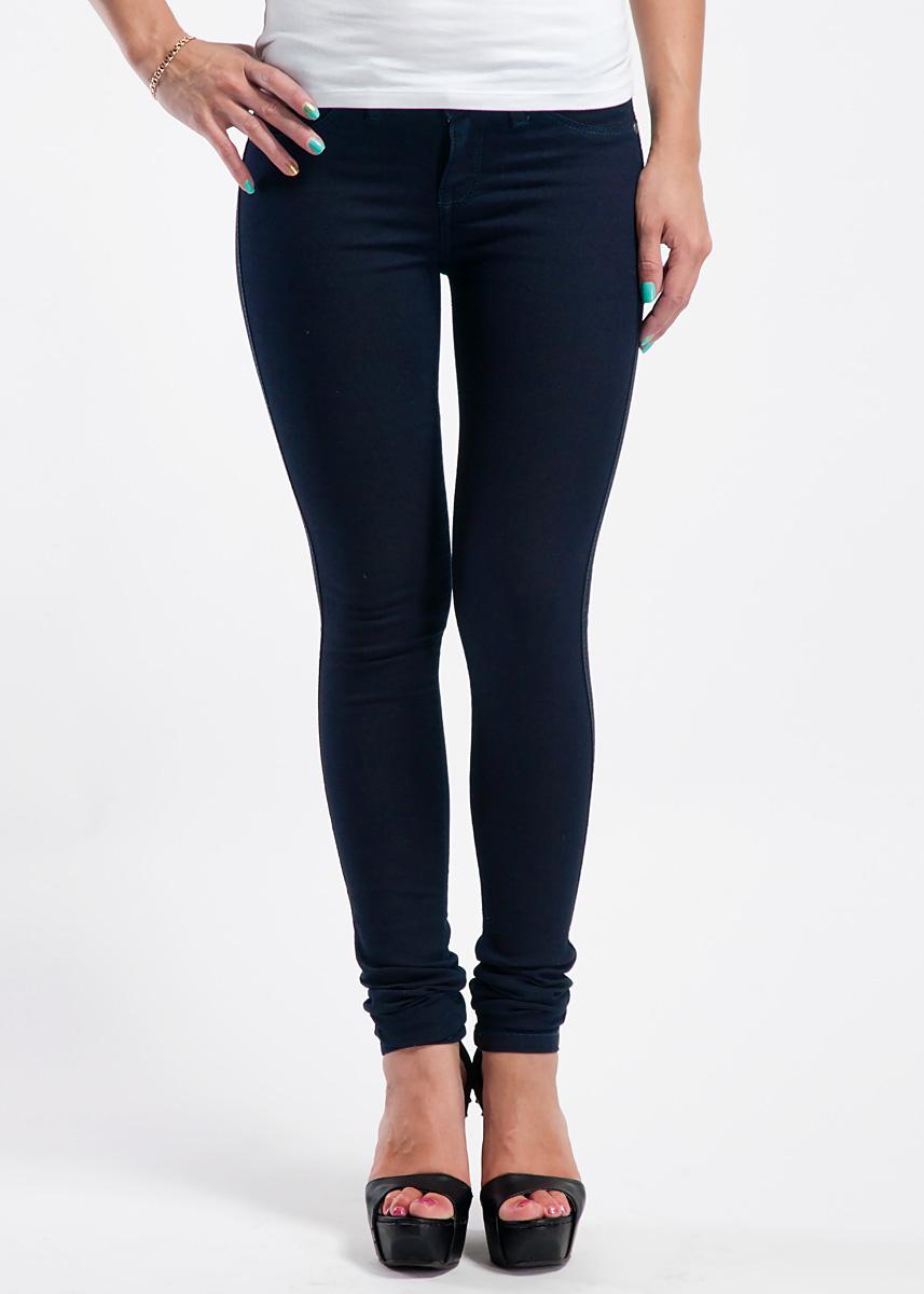 Джинсы женские Dr. Denim Jeansmakers Kissy, цвет: темно-синий. 1030101. Размер S (40/42)1030101_Blue GmtМолодежные джинсы Dr. Denim Jeansmakers Kissy зауженного кроя отлично сочетают в себе джинсы-скинни и комфортные леггинсы. Простота этой модели придаст вам стройности и красоты.Модель застегивается на металлическую пуговицу на поясе и застежку-молнию на ширинке. Пояс дополнен шлевками. Спереди джинсы оформлены имитацией кармашков. На задней стороне имеются два накладных кармана.Эти джинсы послужат отличным дополнением к вашему гардеробу!