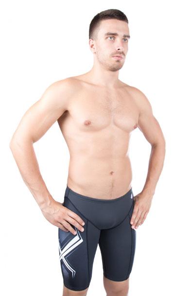 Купальные шорты мужские MadWave Stalker Jammer PBT, цвет: черный, белый. M1433 03 4 Q2W. Размер S (46)M1433 03Купальные шорты мужские MadWave Stalker Jammer PBT, изготовленные из полиэстера с добавлением ПБТ, позволяют коже дышать, быстро сохнут и сохраняют первоначальный вид и форму даже при длительном использовании. Создают дополнительную компрессию на мышцы бедраКупальные шорты на талии регулируются при помощи шнурка. Ткань Training - на 100% устойчива к хлору.Модель подходит для регулярных тренировок. Идеальный выбор для спортсменов.