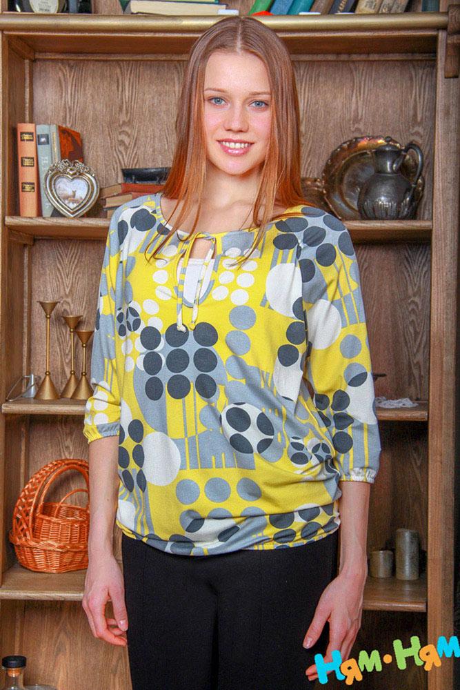 Блуза для беременных и кормящих Ням-Ням Геометрия, цвет: желтый, серый. 220.4. Размер 42220.4Стильная, яркая, удобная блуза для будущих и кормящих мам Ням-Ням Геометрия с рукавами-реглан 3/4 и круглым вырезом горловины на завязках, изготовленная из эластичной вискозы, женственна и элегантна. Блуза свободного кроя, присборенная понизу на эластичную резинку и оформленная геометрическим принтом, подчеркнет очарование будущей мамы, а секрет для кормления делает ее функциональной в период вскармливания ребенка. Секрет кормления скрыт внутренней майкой. Можно носить во время беременности и после родов.Вискоза является волокном, произведенным из натурального материала - целлюлозы (древесины). Иногда ее называют древесный шелк. Эта ткань на ощупь мягкая и приятная, образует красивые складки. Материал очень хорошо впитывает влагу, не образует катышек со временем, не выцветает на солнце и обладает приятным шелковистым блеском.