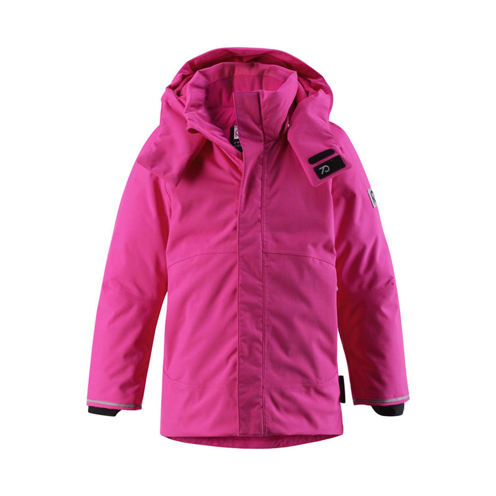 Куртка детская Reimatec+ Paasi, цвет: розовый. 521372-4620. Размер 110521372_4620Теплая детская куртка Reimatec+ Paasi идеально подойдет для ребенка в холодное время года. Куртка изготовлена из водоотталкивающей и ветрозащитной мембранной ткани с утеплителем из пуха и пера. Материал отличается высокой устойчивостью к трению, благодаря специальной обработке полиуретаном поверхность изделия отталкивает грязь и воду, что облегчает поддержание аккуратного вида одежды, дышащее покрытие с изнаночной части не раздражает даже самую нежную и чувствительную кожу ребенка, обеспечивая ему наибольший комфорт. Куртка с капюшоном и удлиненной спинкой застегивается на пластиковую застежку-молнию с защитой подбородка, благодаря чему ее легко надевать и снимать, и дополнительно имеет внешний ветрозащитный клапан на липучках. Регулируемый капюшон с козырьком защитит нежные щечки от ветра, он пристегивается к куртке при помощи кнопок и застегивается под подбородком клапаном на липучки. Низ рукавов дополнен внутренними широкими манжетами из лайкры, они мягко обхватывают запястья, не позволяя просачиваться холодному воздуху. Мягкая подкладка на воротнике и капюшоне обеспечивает дополнительный комфорт. Спереди куртка дополнена двумя прорезными кармашками на застежках-молниях. Понизу изделия проходит эластичная кулиска со стопперами, не позволяющая просачиваться холодному воздуху. Также модель дополнена светоотражающими элементами для безопасности в темное время суток. Все швы проклеены, не пропускают влагу и ветер. Высокая степень утепления. Идеально при температуре от -10°С до -30°С.
