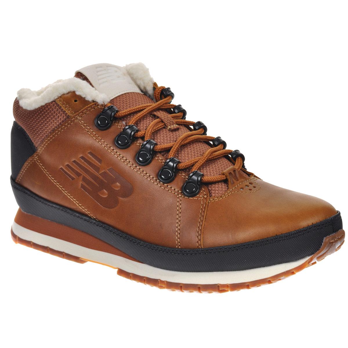 Ботинки мужские New Balance, цвет: коричневый. H754LFT/D. Размер 10 (44)H754LFT/DТеплые мужские ботинки New Balance прекрасно подойдут для активных людей, предпочитающих спортивный стиль. Верх модели выполнен из натуральной кожи со вставками из прочного нейлона. Подкладка выполнена из натурального меха, благодаря чему эта модель отлично сохраняет тепло и создает прекрасный микроклимат внутри обуви. Модель оформлена вставками контрастного цвета, по бокам и на язычке тиснением в виде фирменного логотипа бренда, а на пятке надписью New Balance. Удобная шнуровка надежно фиксирует модель на стопе. Подошва с рельефным протектором обеспечивает идеальное сцепление с различными поверхностями.В таких ботинках вашим ногам будет комфортно и уютно.