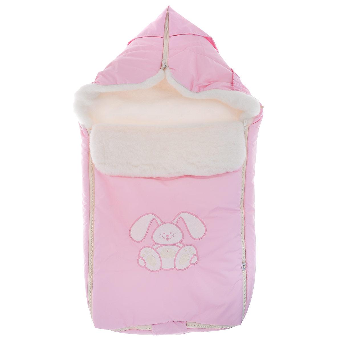 Конверт для новорожденного Сонный Гномик Зайчик, цвет: розовый. 969/2. Возраст 0/9 месяцев969/2Теплый конверт для новорожденного Сонный Гномик Зайчик идеально подойдет для ребенка в холодное время года. Конверт изготовлен из водоотталкивающей и ветрозащитной ткани Dewspo (100% полиэстер) на подкладке из шерсти с добавлением полиэстера. В качестве утеплителя используется шелтер (100% полиэстер).Шелтер (Shelter) - утеплитель нового поколения с тонкими волокнами. Его более мягкие ячейки лучше удерживают воздух, эффективнее сохраняя тепло. Более частые связи между волокнами делают утеплитель прочным и позволяют сохранить его свойства даже после многократных стирок. Утеплитель шелтер максимально защищает от холода и не стесняет движений.Верхняя часть конверта может использоваться в качестве капюшона в ветреную или холодную погоду и надеваться на спинку коляски благодаря эластичным ремешкам и вставке. С помощью застежки-молнии верх принимает вид треугольного капюшона. Пластиковая застежка-молния по бокам и нижнему краю изделия помогает с легкостью доставать малыша из конверта, не тревожа его сон. Модель раскладывается на два отдельных коврика. Спереди предусмотрен отворот, фиксирующийся с помощью декоративных пуговиц. Оформлена модель аппликацией в виде забавного зайчика. Конверт заменит лишние теплые кофточки и штанишки, и, значит, свободу малыша ничто не будет ограничивать. Комфортный, удобный и практичный, этот конверт идеально подойдет для прогулок на свежем воздухе!