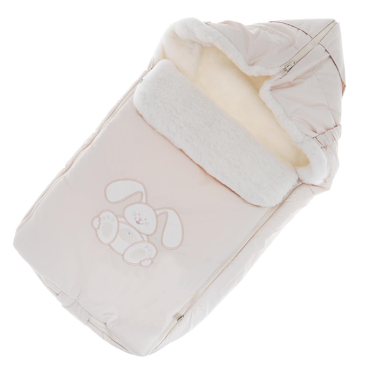 Конверт для новорожденного Сонный Гномик Зайчик, цвет: светло-бежевый. 969/4. Возраст 0/9 месяцев969/4Теплый конверт для новорожденного Сонный Гномик Зайчик идеально подойдет для ребенка в холодное время года. Конверт изготовлен из водоотталкивающей и ветрозащитной ткани Dewspo (100% полиэстер) на подкладке из шерсти с добавлением полиэстера. В качестве утеплителя используется шелтер (100% полиэстер).Шелтер (Shelter) - утеплитель нового поколения с тонкими волокнами. Его более мягкие ячейки лучше удерживают воздух, эффективнее сохраняя тепло. Более частые связи между волокнами делают утеплитель прочным и позволяют сохранить его свойства даже после многократных стирок. Утеплитель шелтер максимально защищает от холода и не стесняет движений.Верхняя часть конверта может использоваться в качестве капюшона в ветреную или холодную погоду и надеваться на спинку коляски благодаря эластичным ремешкам и вставке. С помощью застежки-молнии верх принимает вид треугольного капюшона. Пластиковая застежка-молния по бокам и нижнему краю изделия помогает с легкостью доставать малыша из конверта, не тревожа его сон. Модель раскладывается на два отдельных коврика. Спереди предусмотрен отворот, фиксирующийся с помощью декоративных пуговиц. Оформлена модель аппликацией в виде забавного зайчика. Конверт заменит лишние теплые кофточки и штанишки, и, значит, свободу малыша ничто не будет ограничивать. Комфортный, удобный и практичный, этот конверт идеально подойдет для прогулок на свежем воздухе!