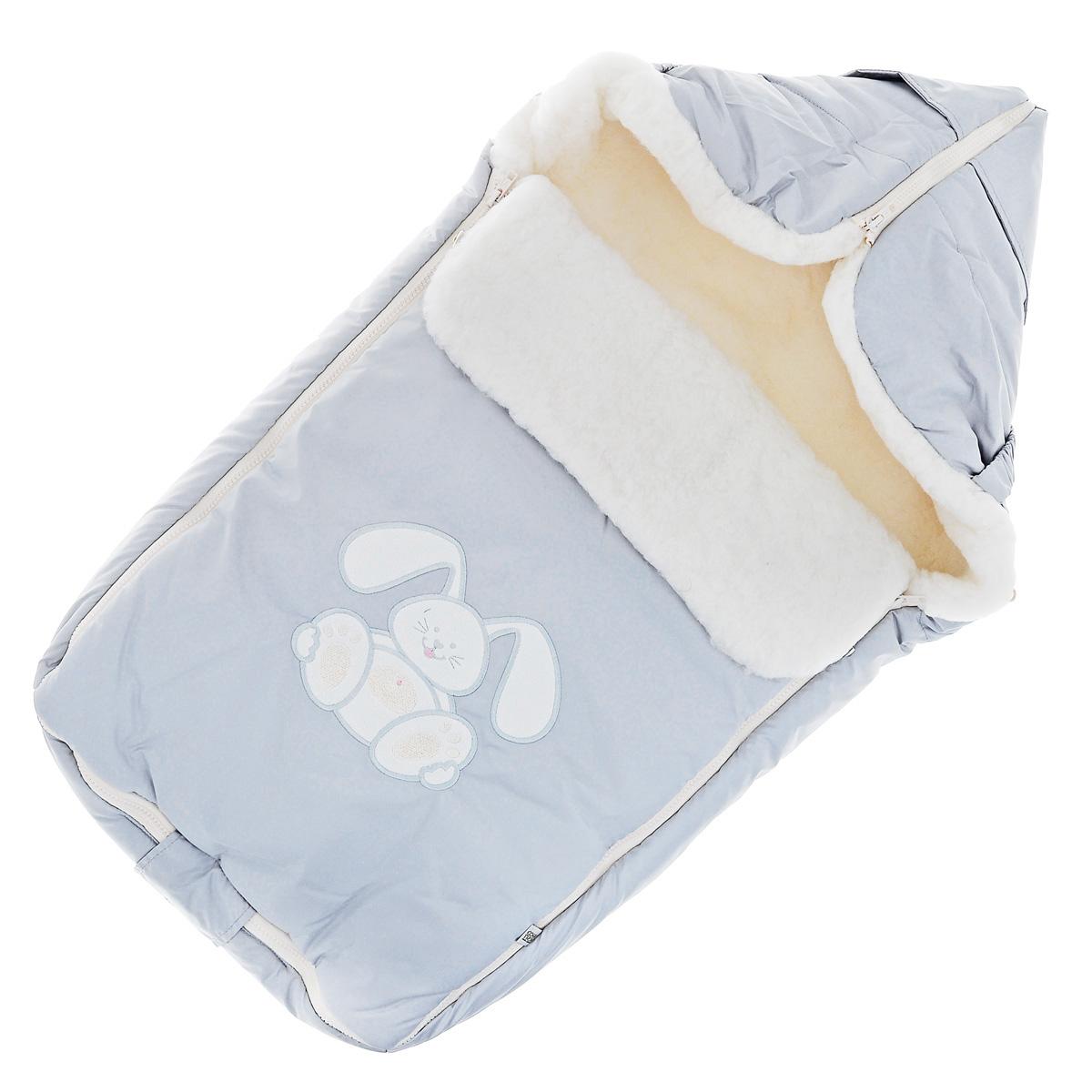 Конверт для новорожденного Сонный Гномик Зайчик, цвет: серо-голубой. 969/5. Возраст 0/9 месяцев969/5Теплый конверт для новорожденного Сонный Гномик Зайчик идеально подойдет для ребенка в холодное время года. Конверт изготовлен из водоотталкивающей и ветрозащитной ткани Dewspo (100% полиэстер) на подкладке из шерсти с добавлением полиэстера. В качестве утеплителя используется шелтер (100% полиэстер).Шелтер (Shelter) - утеплитель нового поколения с тонкими волокнами. Его более мягкие ячейки лучше удерживают воздух, эффективнее сохраняя тепло. Более частые связи между волокнами делают утеплитель прочным и позволяют сохранить его свойства даже после многократных стирок. Утеплитель шелтер максимально защищает от холода и не стесняет движений.Верхняя часть конверта может использоваться в качестве капюшона в ветреную или холодную погоду и надеваться на спинку коляски благодаря эластичным ремешкам и вставке. С помощью застежки-молнии верх принимает вид треугольного капюшона. Пластиковая застежка-молния по бокам и нижнему краю изделия помогает с легкостью доставать малыша из конверта, не тревожа его сон. Модель раскладывается на два отдельных коврика. Спереди предусмотрен отворот, фиксирующийся с помощью декоративных пуговиц. Оформлена модель аппликацией в виде забавного зайчика. Конверт заменит лишние теплые кофточки и штанишки, и, значит, свободу малыша ничто не будет ограничивать. Комфортный, удобный и практичный, этот конверт идеально подойдет для прогулок на свежем воздухе!