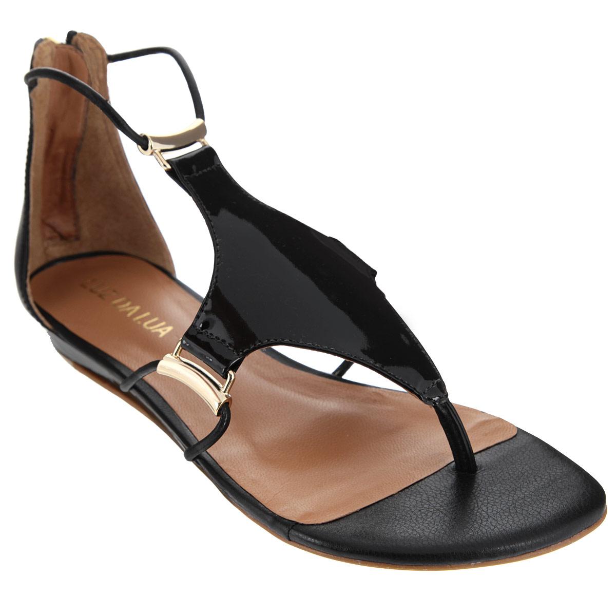 Сандалии женские Luz Da Lua, цвет: черный. S56201V15. Размер BRA 35 (36)S56201V15Оригинальные сандалии от Luz Da Lua заинтересуют вас своим дизайном. Сандалии выполнены из натуральной лакированной кожи. Изюминка модели - накладка, расположенная на подъеме, которая крепится к изделию при помощи тонких ремешков, пропущенных через оригинальную металлическую фурнитуру. Закрытый задник, дополненный удобной застежкой-молнией, и перемычка между пальцами отвечают за надежную фиксацию модели на ноге. Стелька из натуральной кожи обеспечивает комфорт при ходьбе. Невысокая танкетка устойчива. Минимальной высоты каблук и подошва дополнены противоскользящим рифлением.Стильные сандалии внесут элегантные нотки в ваш летний наряд.