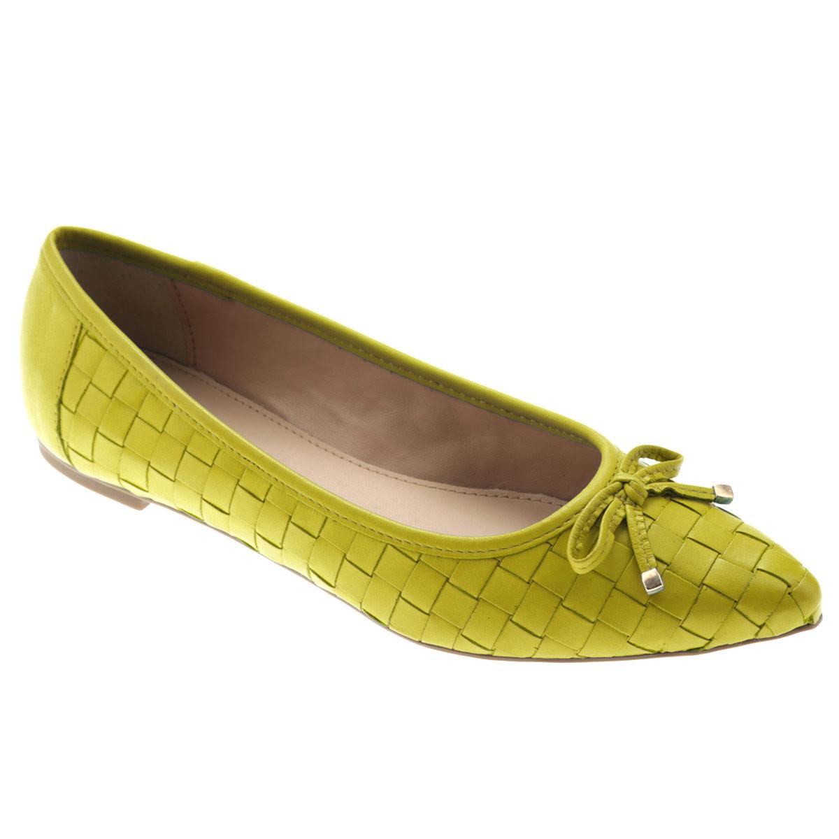 Балетки Tabita, цвет: желтый. 6043460. Размер BRA 39 (40)6043460Яркие балетки от Tabita внесут эффектные нотки в ваш модный образ. Модель выполнена из натуральной высококачественной кожи и оформлена декоративным плетением. Мыс изделия декорирован милым кожаным бантиком, дополненным на концах металлическими пластинами. Заостренный носок - тренд сезона! Стелька из искусственной кожи комфортна при движении. Низкий каблук - с противоскользящим рифлением.Удобные балетки - незаменимая вещь в гардеробе каждой женщины.