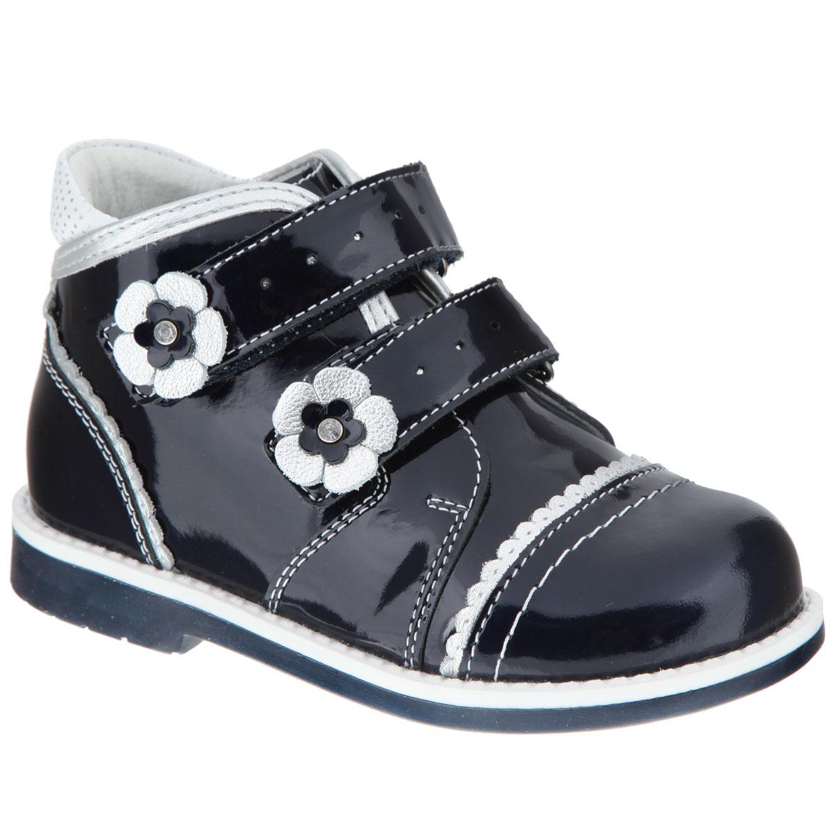 Ботинки для девочки Elegami, цвет: темно-синий, серебристый, белый. 7-801361501. Размер 236/7-801361501Очаровательные ботинки от Elegami приведут в восторг вашу юную модницу! Модель выполнена из натуральной лакированной кожи и оформлена волнообразной окантовкой, на заднике - вставкой контрастного цвета с узором в мелкий горошек. Два ремешка на застежках-липучках, дополненные перфорацией и аппликациями в виде цветочков, прочно зафиксируют модель на ноге. Стелька из натуральной кожи с супинатором гарантирует правильное положение ноги ребенка при ходьбе, предотвращает плоскостопие. Низкий каблук и подошва с рифлением обеспечивают идеальное сцепление с любыми поверхностями.Удобные ботинки - необходимая вещь в гардеробе каждого ребенка.