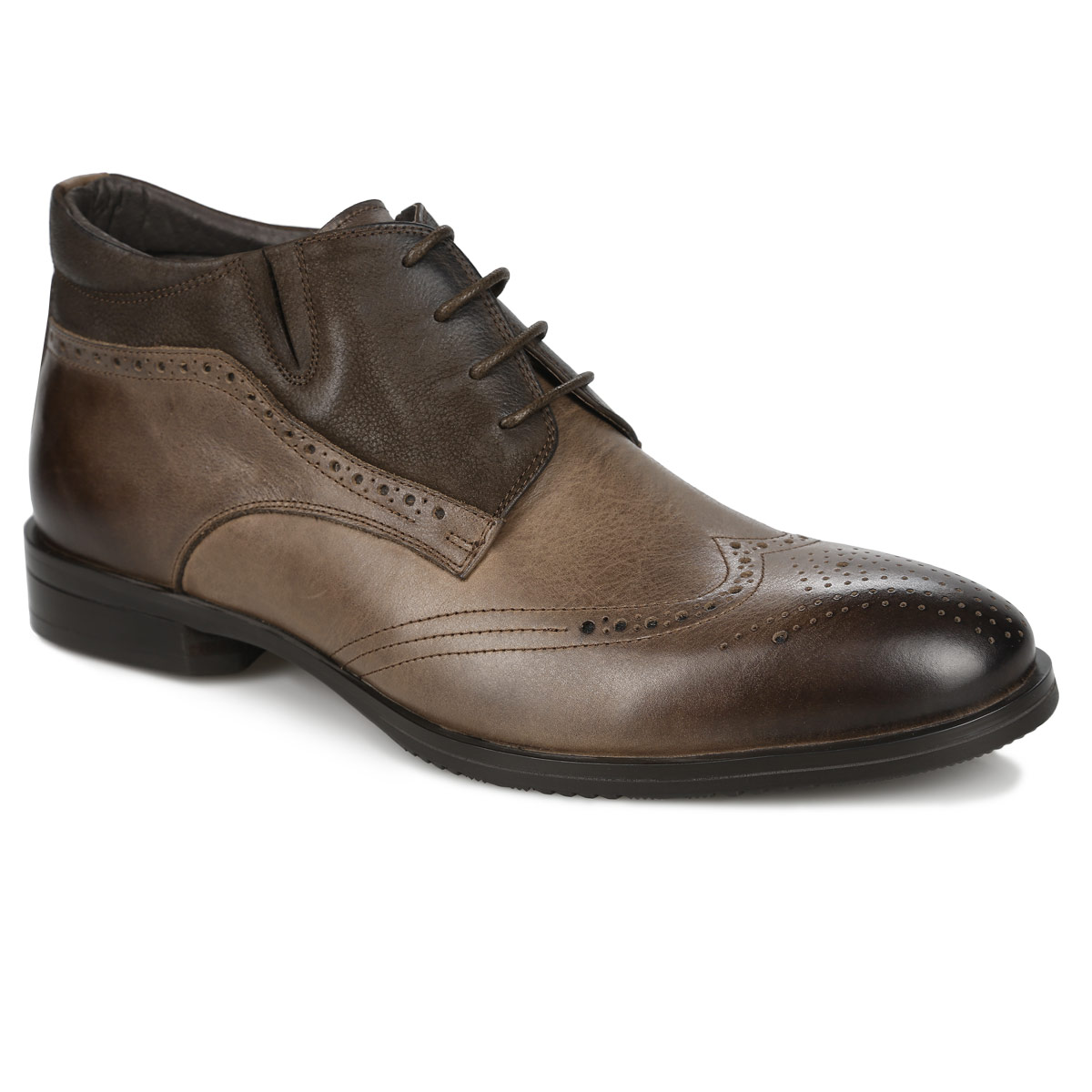 Броги мужские Dino Ricci, цвет: коричневый. 104-174-40(T). Размер 43104-174-40(T)Стильные ботинки от Dino Ricci прекрасно дополнят ваш деловой образ. Модельвыполнена из натуральной высококачественной кожи и оформлена декоративной перфорацией, задним наружным ремнем. Ботинки застегиваются на боковую застежку-молнию. Шнуровка позволяет прочно зафиксировать обувь на ноге. Резинка, расположенная сбоку, гарантирует оптимальную посадку модели на ноге. Мягкая стелька комфортна при движении. Каблук и подошва с рифлением обеспечивают идеальное сцепление споверхностью. Изысканные ботинки подчеркнут ваше безупречное чувство стиля.