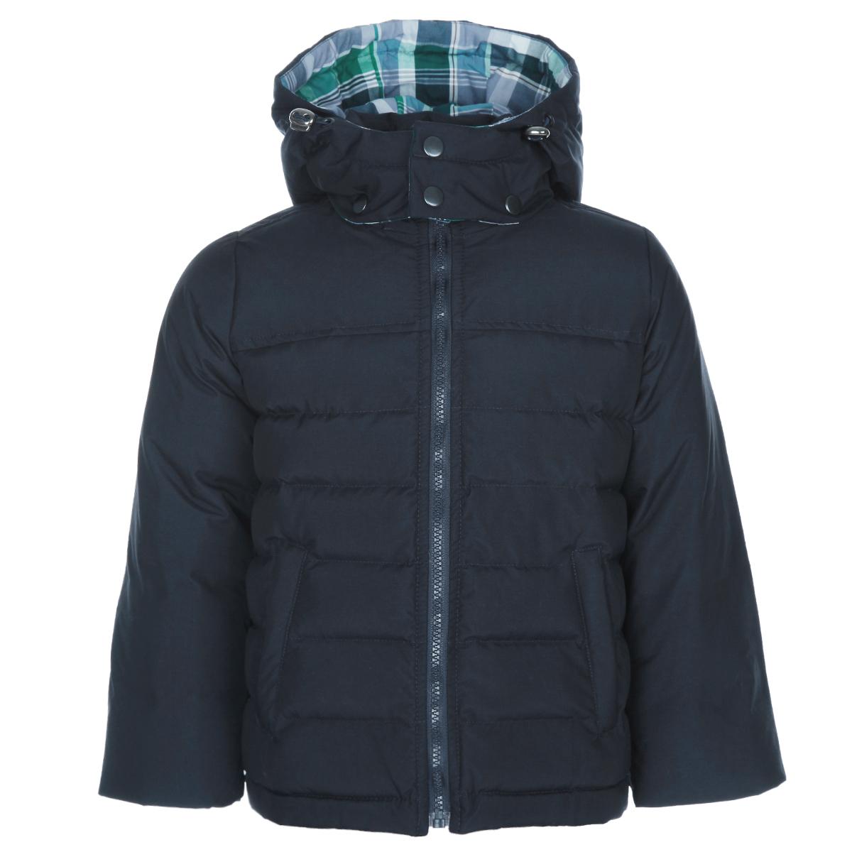 Куртка для мальчика Ёмаё, цвет: темно-синий. 39-113. Размер 30 (110)39-113Теплая куртка для мальчика Ёмаё идеально подойдет для вашего ребенка в холодное время года. Модельизготовлена из 100% полиэстера на комбинированной подкладке из вискозы и полиэстера. В качественаполнителя используются гусиный пух и перо. Пух - самый эффективный природный утеплитель, хорошо дышащийи исключительно комфортный материал.Стеганая куртка с капюшоном и воротником-стойкой застегивается на пластиковую застежку-молнию идополнительно имеет внешнюю ветрозащитную планку, а также защиту подбородка. Капюшон, присборенный покраю на скрытую резинку со стопперами, пристегивается с помощью кнопок и дополнительно застегиваетсяклапаном под подбородком на металлические кнопки. Низ рукавов дополнен скрытыми трикотажными манжетами,которые мягко обхватывают запястья. Спереди предусмотрены два прорезных кармана на молниях. Спинкамодели удлинена. Внутри куртки имеется специальная эластичная вставка на кнопках, защищающая от снега иветра. Контрастная подкладка оформлена принтом в клетку. Рукава украшены декоративными заплатами. Теплая, комфортная и практичная куртка идеально подойдет для прогулок и игр на свежем воздухе!