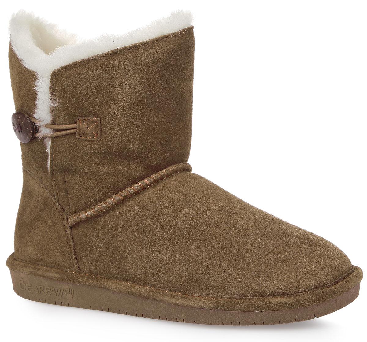 Угги женcкие Bearpaw Rosie, цвет: коричневый. 1653W-hickory II. Размер 8 (38)1653W-hickory IIМодные угги Bearpaw Rosie не позволят вашим ногам замерзнуть. Обувь выполнена изнатуральной замши и оформлена крупными декоративными швами, на заднике - текстильнойнашивкой с названием и логотипом бренда. Верх изделия дополнен шерстяной оторочкой. Изюминка модели - пуговица, которая застегивается на эластичную петельку. Подкладка и стелька, выполненные из натуральной овечьей шерсти, подарят вашим ногам комфорт и уют. Подошва с рифлением в виде фирменного рисунка обеспечивает отличное сцепление на скользкой поверхности. Стильныеугги займут достойное место среди вашей коллекции обуви. В них вашим ногам будеткомфортно и уютно.