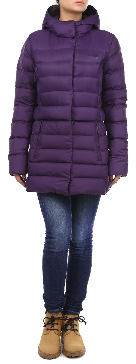 Пуховик женский The North Face W Snowleopard Parka, цвет: фиолетовый. T0CSS9BDW. Размер M (44/46)T0CSS9BDWВеликолепная удлиненная пуховая куртка The North Face Snowleopard обеспечит вам комфорт в прохладную погоду. Она утеплена высококачественным гусиным пухом 550-й набивки. Внешняя ткань куртки выполнена из нейлона Ripstop Pertex Quantum, который является очень прочным материалом, защищающим от снега и ветра. Капюшон и эластичные стяжки на манжетах обеспечивают дополнительную защиту от холода и ветра. Куртка дополнена четырьмя втачными карманами на молниях спереди, а также одним внутренним карманом на застежке-молнии. Модель застегивается на застежку-молнию и оснащена ветрозащитным клапаном на кнопках.Идеальный вариант для создания комфортного и стильного образа.