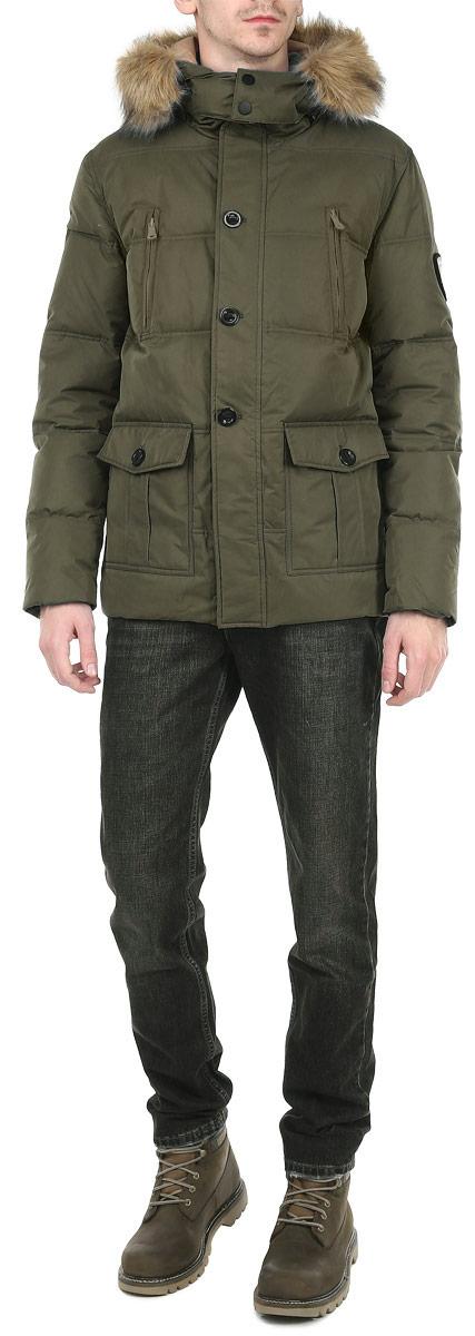 Куртка мужская Broadway, цвет: зеленый. 10131037 650. Размер S (46)10131037 650Стильная мужская куртка Broadway отлично подойдет для холодной погоды. Модель прямого кроя с длинными рукавами и отстегивающимся капюшоном застегивается на застежку-молнию с ветрозащитным клапаном на пуговицах. Изделие дополнено двумя вместительными накладными карманами, закрывающимися клапанами на пуговицы, двумя врезными карманами на молниях. Предусмотрены внутренние накладные карманы на молниях. Рукава оснащены трикотажными эластичными манжетами, обеспечивая максимальную защиту от ветра и холода. Съемный капюшон декорирован искусственным мехом, который при необходимости можно отстегнуть. Рукав декорирован нашивкой с эмблемой Broadway. Наполнитель из пуха и пера обеспечит вам тепло и комфорт в любую погоду.Идеальный вариант для создания комфортного и стильного образа.