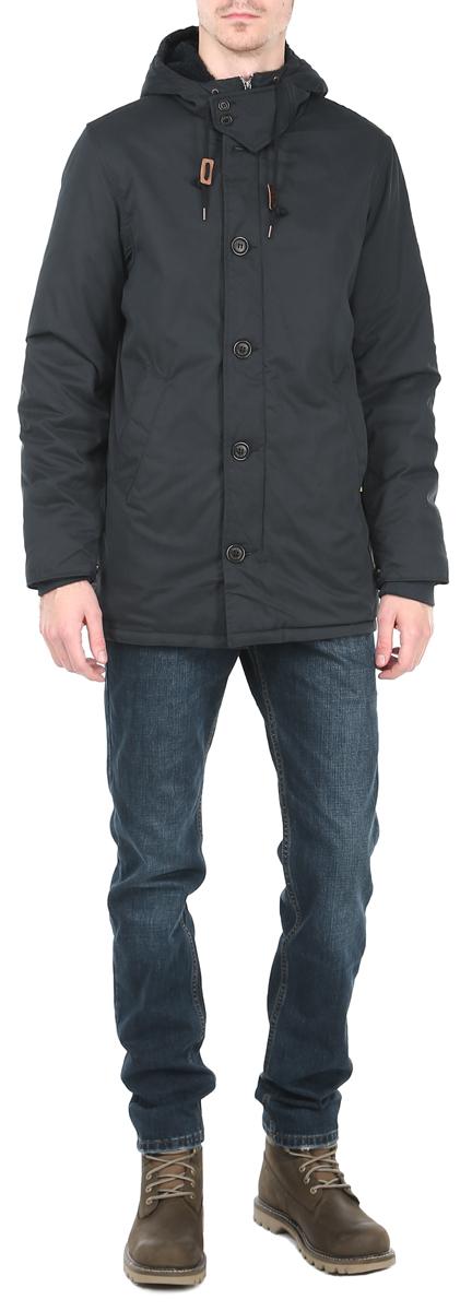Куртка мужская Broadway, цвет: темно-синий. 10153081 502. Размер L (50)10153081_502Утепленная мужская куртка Broadway отлично подойдет для прохладной погоды.Модель выполнена из приятного текстиля и утеплена мягким синтепоном.Свободный удлиненный покрой не сковывает движений. Центральная застежка-молния дублируется ветрозащитным клапаном на пуговицах. Куртка оснащена не отстегивающимся капюшоном на кулиске и дополнена нашивками с логотипомбренда. Манжеты рукавов оформлены эластичной широкой резинкой и хлястикамина кнопках, что препятствует проникновению холодного воздуха. По бокамизделия расположены 2 глубоких втачных кармана без застежки, с внутренней стороны -кармашек на кнопке.Куртка Broadway послужит отличным дополнением к вашему гардеробу.