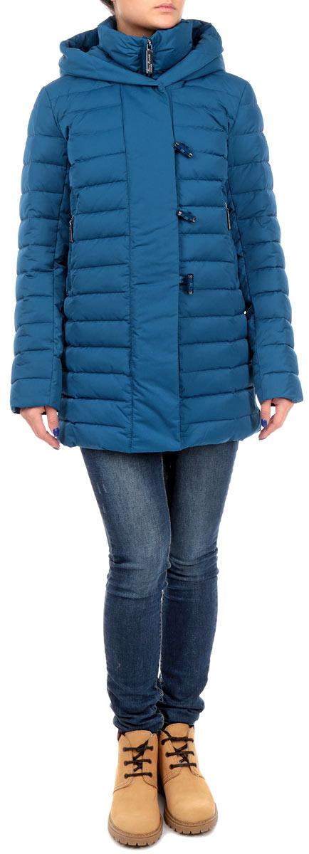 Пуховик женский Finn Flare, цвет: синий. W15-12004_129. Размер S (44)W15-12004_129Стильный женский пуховик Finn Flare выполнен из высококачественного плотного материала и рассчитан на холодную погоду. Он поможет вам почувствовать себя максимально комфортно и стильно. Модель с длинными рукавами, несъемным капюшоном и воротником-стойкой застегивается на застежку-молнию и дополнительно ветрозащитным клапаном на пуговицы и кнопки. Рукава дополнены манжетами , стянутыми эластичными резинками. Изделие оформлено стеганой отстрочкой и дополнено двумя втачными карманами на застежках-молниях.В этом пуховике вам будет комфортно. Модная фактура ткани, отличное качество, великолепный дизайн.