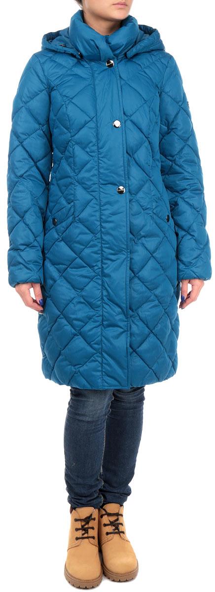 Куртка женская Finn Flare, цвет: синий. W15-11022_141. Размер S (44)W15-11022_141Удлиненная женская куртка Finn Flare выполнена из высококачественного плотного материала, рассчитана на холодную погоду. Она поможет вам почувствовать себя максимально комфортно и стильно. Модель с длинными рукавами, капюшоном, воротником-стойкой застегивается на застежку-молнию и дополнительно ветрозащитным клапаном на металлические кнопки. Рукава дополнены эластичными резинками. Капюшон пристегивается с помощью металлических кнопок. Модель оформлена стеганой отстрочкой и дополнена двумя втачными карманами на кнопках.В этой куртке вам будет комфортно. Модная фактура ткани, отличное качество, великолепный дизайн.