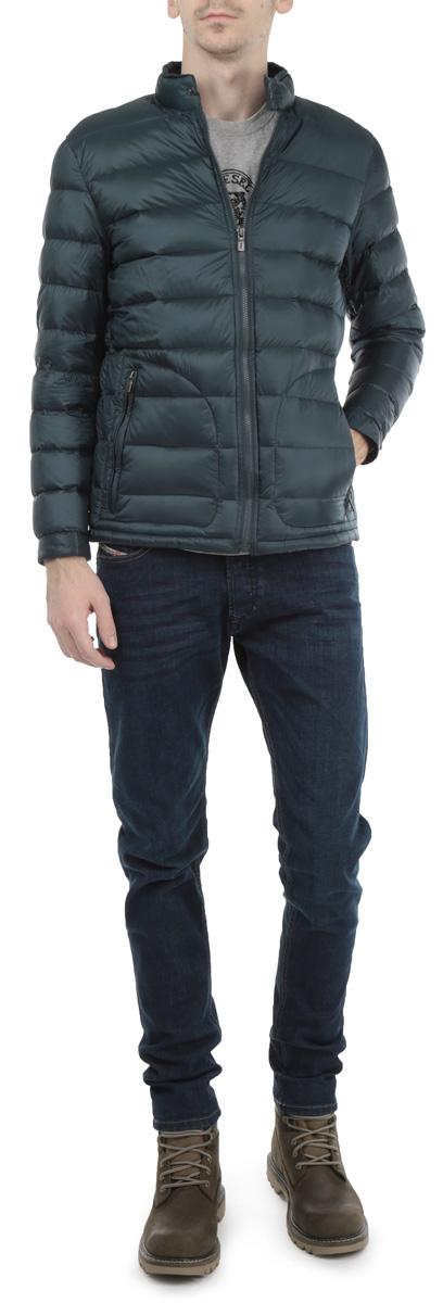 Куртка мужская Baon, цвет: синий. B515502_STORM. Размер L (50)B515502_STORMСтильная мужская куртка Baon, рассчитанная на прохладную погоду, поможет вам почувствовать себя максимально комфортно. Модель прямого кроя создана из 100%-го полиамида. Куртка с воротником-стойкой и длинными рукавами застегивается на застежку-молнию . Манжетыиворотник изделия застегиваются хлястиками на металлические кнопки. Них изделия дополнен потайной эластичной резинкой со специальными фиксаторами, препятствующей проникновению холодного воздуха. Модель дополнена двумя боковыми карманами на молниях. Стильная и теплая, эта куртка займет достойное место в вашем гардеробе.Модная фактура ткани, отличное качество, великолепный дизайн.