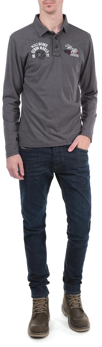 Поло с длинным рукавом мужское MeZaGuZ, цвет: темно-серый. Popular/MEDGREYMEL. Размер XL (52)Popular/MEDGREYMELСтильная мужская футболка-поло MeZaGuZ, выполненная из высококачественного материала, обладает высокой теплопроводностью, воздухопроницаемостью и гигроскопичностью, позволяет коже дышать. Модель с длинными рукавами и отложным воротником сверху застегивается на три пуговицы. На груди изделие оформлено нашивками и вышитыми надписями. Классический покрой, лаконичный дизайн, безукоризненное качество. В такой футболке вы будете чувствовать себя уверенно и комфортно.