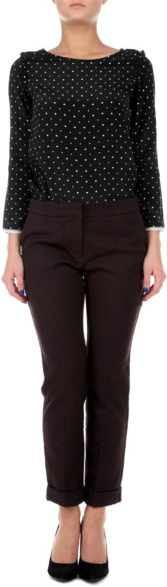 Брюки женские Baon, цвет: фиолетовый, бордовый. B295503. Размер S (44)B295503Стильные укороченные женские брюки Baon, выполненные из материала высочайшего качества, отлично подойдут на каждый день. Модель зауженного кроя и стандартной посадки, застегивается на молнию и потайные крючки. Штанины заужены в нижней части и оформлены отворотами. Брюки оформлены жаккардовым рисунком. Сзади и по бокам расположены по два врезных кармана.Эти модные и в тоже время комфортные брюки послужат отличным дополнением к вашему гардеробу. В них вы всегда будете чувствовать себя уютно и уверенно.