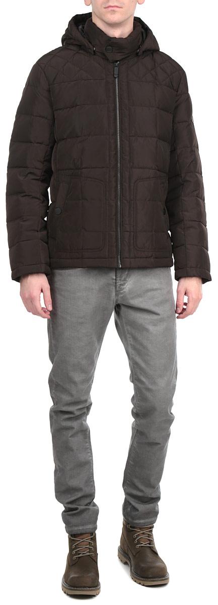 Куртка мужская Finn Flare, цвет: темно-коричневый. W15-42002. Размер S (46)W15-42002Стильная, молодежная куртка Finn Flare подчеркнет креативность вашего вкуса и отлично подойдет для прохладной погоды. Модель прямого кроя с отстегивающимсякапюшоном застегивается на застежку-молнию, воротник дополнительно застегивается на кнопку. Утеплитель - пух и перо. Куртка дополнена двумя боковыми карманами на кнопках. Модель дополнена внутренним накладным карманом на липучке. Эта модная куртка послужит отличным дополнением к вашему гардеробу.