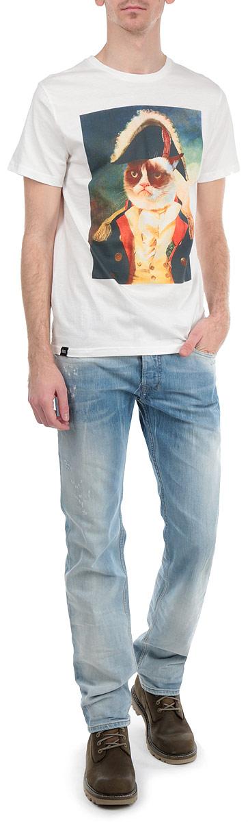Футболка мужская Dedicated Grumpy, цвет: белый, темно-синий. желтый. 14021. Размер XL (52)14021Стильная мужская футболка Dedicated Grumpy, выполненная из высококачественного хлопка, обладает высокой воздухопроницаемостью и гигроскопичностью, позволяет коже дышать. Модель с короткими рукавами и круглым вырезом горловины спереди оформлена ихображением сердитого кота в мундире. Эта футболка - идеальный вариант для создания эффектного образа.