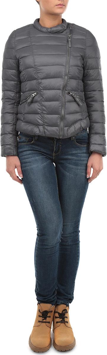 Куртка женская Broadway, цвет: темно-серый. 10153835 861. Размер S (44)10153835 861Почти невесомая куртка Broadway может стать вашей любимой моделью - ведь с ней будет так легко! Модель с застежкой-молнией дополнена хлястиком на кнопке. Стеганая куртка оформлена двумя врезными карманами на застежках-молниях. Контрастная подкладка делает дизайн модели более интересным.