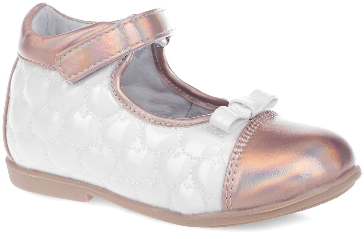 Туфли для девочки Mursu, цвет: белый, золотистый. 200054. Размер 20200054Очаровательные туфли от Mursu прекрасно дополнят модный образ вашей дочурки! Модель выполнена из искусственного лака со вставками из искусственной кожи. Боковые стороны оформлены прострочкой в виде сердечек, мыс - бантиком. Подкладка из натуральной кожи позволяет ножкам дышать. Ремешок на застежке-липучке надежно зафиксирует обувь. Кожаная стелька дополнена супинатором, который обеспечивает правильное положение ноги ребенка при ходьбе, предотвращает плоскостопие. Рифленая поверхность подошвы защищает изделие от скольжения.Модные и удобные туфли займут достойное место в гардеробе вашей девочки.