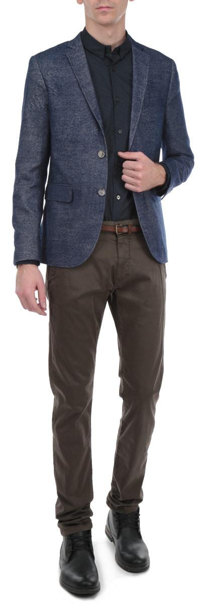 Пиджак мужской Tom Tailor, цвет: серо-синий. 3922263.00.10_1000. Размер M (48)3922263.00.10_1000Стильный мужской пиджак Tom Tailor, изготовленный из плотного полиэстера и вискозы, не сковывает движений, обеспечивая наибольший комфорт. Модель прямого кроя с длинными рукавами и воротником с лацканами застегивается спереди на две пуговицы. Манжеты рукавов также застегиваются на пуговицы. Пиджак дополнен двумя боковыми втачными карманами с клапанами. На внутренней стороне предусмотрены два потайных кармана на пуговицах и один потайной карман без застежки. Изделие имеет вшитые подплечники. Этот модный пиджак станет отличным дополнением к вашему гардеробу.