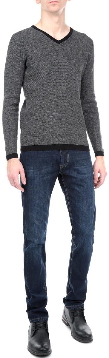 Джинсы мужские F5, цвет: темно-синий. 09348/51558_w.dark. Размер 32-34 (48-34)09348/51558_w.darkСтильные мужские джинсы F5 - джинсы высочайшего качества на каждый день, которые прекрасно сидят. Модель прямого кроя и средней посадки изготовлена из высококачественного плотного хлопка. Джинсы не сковывают движения и дарят комфорт. Изделие оформлено тертым эффектом и перманентными складками. Застегиваются джинсы на пуговицу в поясе и ширинку на молнии, имеются шлевки для ремня. Спереди модель оформлена двумя втачными карманами и одним небольшим секретным кармашком, а сзади - двумя накладными карманами. Эти модные и в тоже время комфортные джинсы послужат отличным дополнением к вашему гардеробу. В них вы всегда будете чувствовать себя уютно и комфортно.