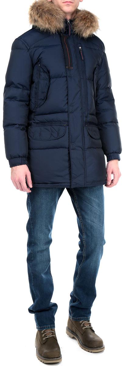 Пуховик мужской Baon, цвет: темно-синий. B505514. Размер L (50)B505514_DEEP NAVYСтильный мужской пуховик Baon отлично подойдет для холодной погоды. Модель классического кроя с длинными рукавами и воротником-стойкой выполнена из высококачественного износостойкого материала и застегивается на застежку-молнию. Капюшон пуховика украшен съемным искусственным мехом на липучках. Изделие дополнено двумя вместительными накладными карманами на кнопках и двумя втачными карманами на кнопках спереди, а также двумя внутренними карманами на пуговице и накладным внутренним карманом на липучке. На талии куртка затягивается шнурком-кулиской. Куртка оснащена застежками-молниями, которые позволяют регулировать объем низа. В такой стильной куртке вам не будут страшны никакие морозы! Наполнитель из пуха обеспечит вам тепло и комфорт в любую погоду. Эта модная и в то же время комфортная куртка - отличный вариант для уверенного в себе мужчины!
